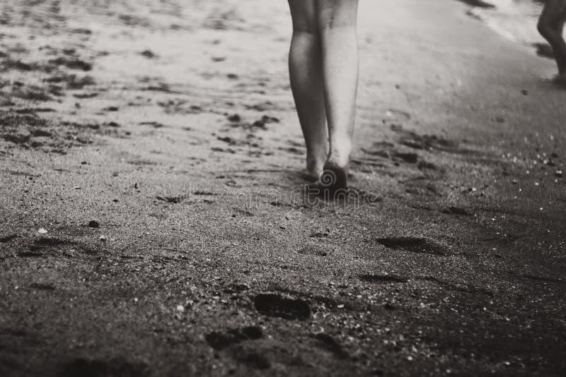 Het lopen op zand stock afbeeldingen