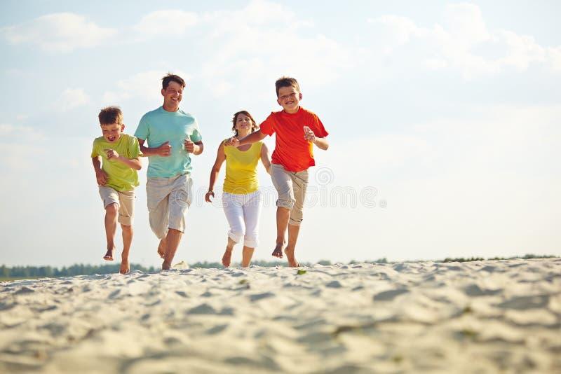 Het lopen op zandig strand royalty-vrije stock foto's