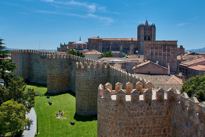 Het lopen over Avila muren royalty-vrije stock afbeelding
