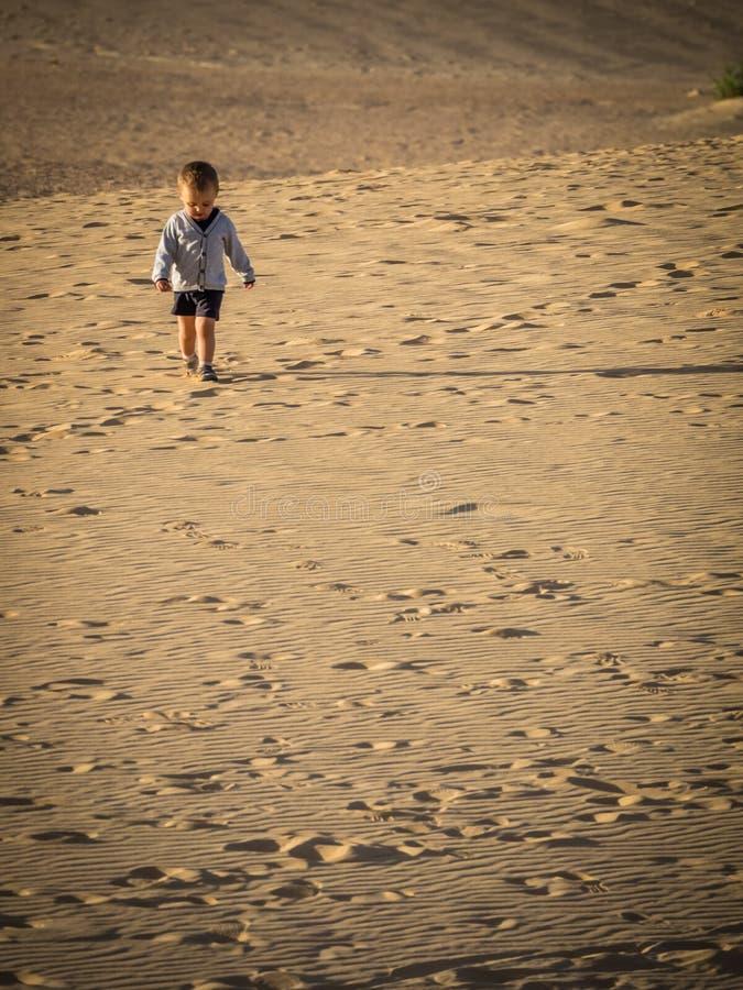 Het lopen over zandduinen royalty-vrije stock fotografie