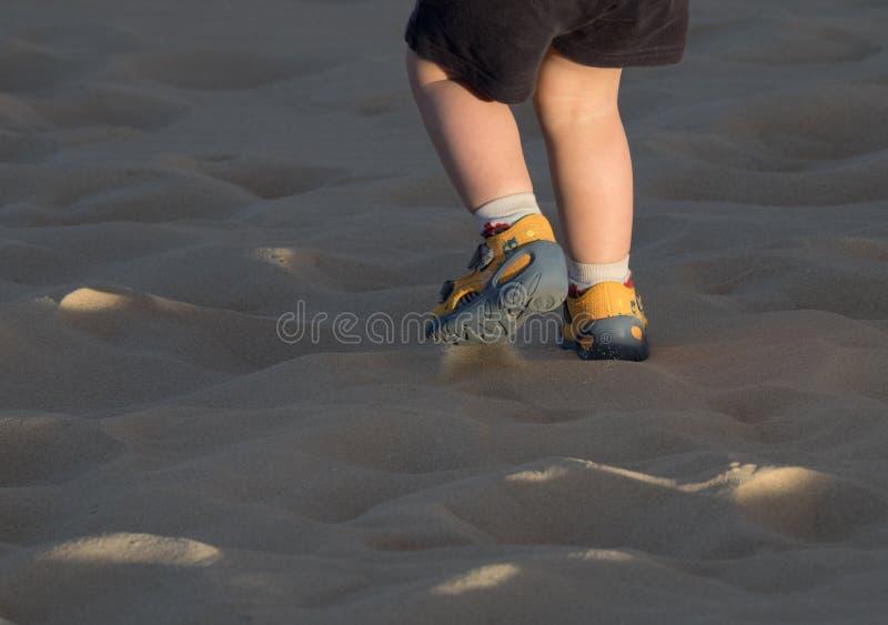 Het lopen over zandduinen stock foto