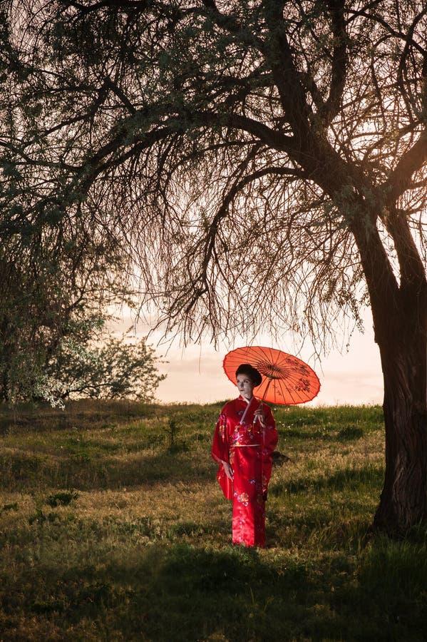 Het lopen portret van de vrouwenâ het Aziatische stijl royalty-vrije stock fotografie