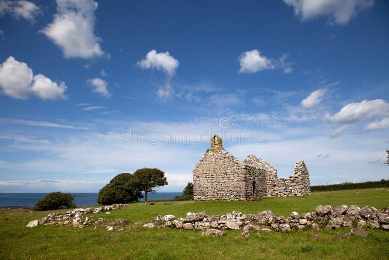 Het lopen rond Lligwy en Moelfre stock afbeeldingen