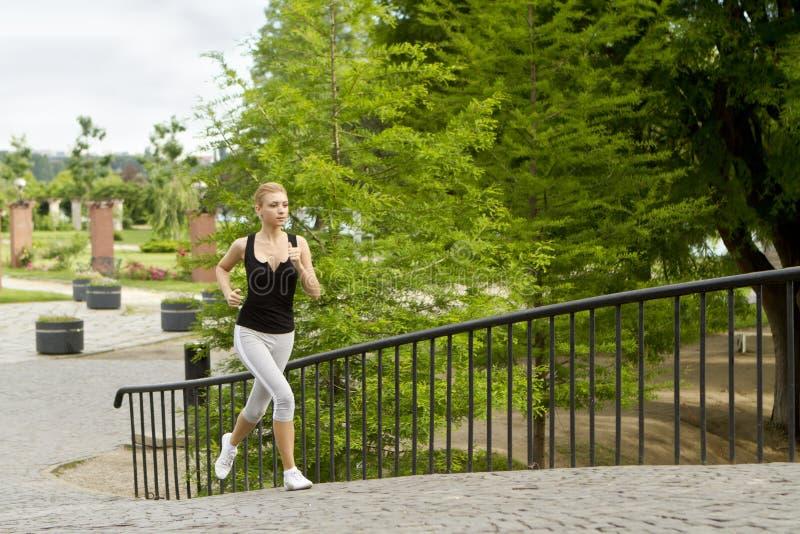 Het lopen in stadspark royalty-vrije stock afbeeldingen
