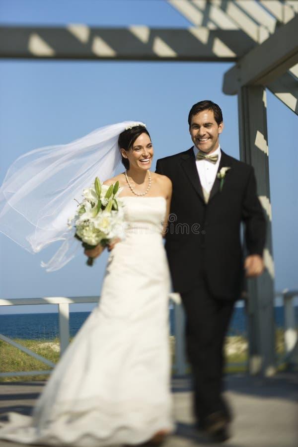 Het lopen van de bruid en van de bruidegom. royalty-vrije stock foto's
