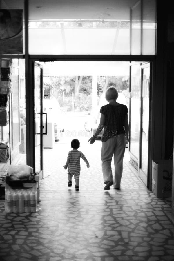 Het lopen van de moeder en van het kind royalty-vrije stock fotografie