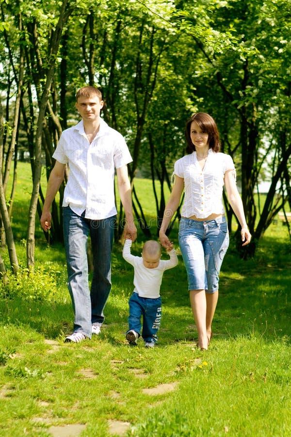 Het lopen van de moeder, van de vader en van de baby royalty-vrije stock afbeelding