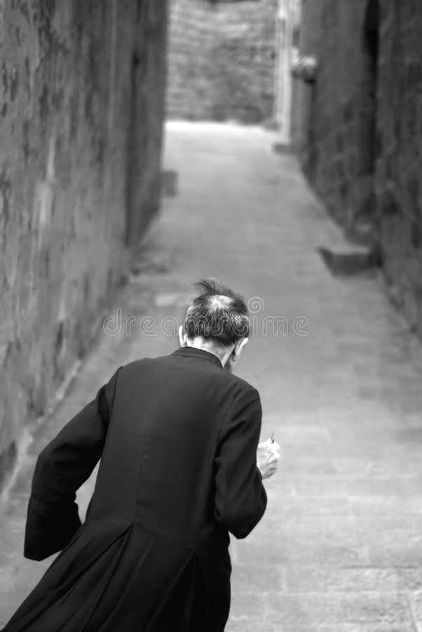 Het lopen van de priester stock afbeelding