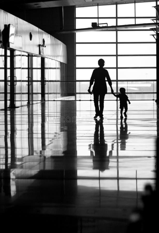 Het lopen van de vrouw en van het kind stock foto's