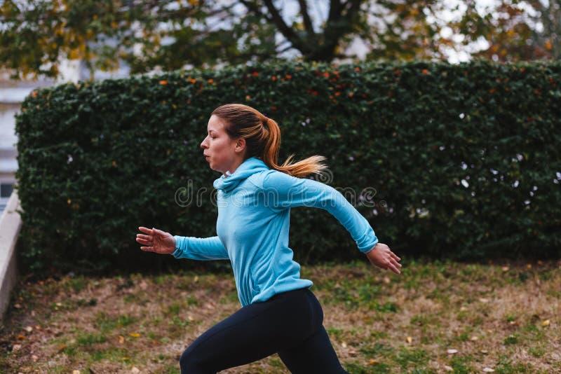 Het lopen van de vrouw Vrouwelijke agentjogging stock foto