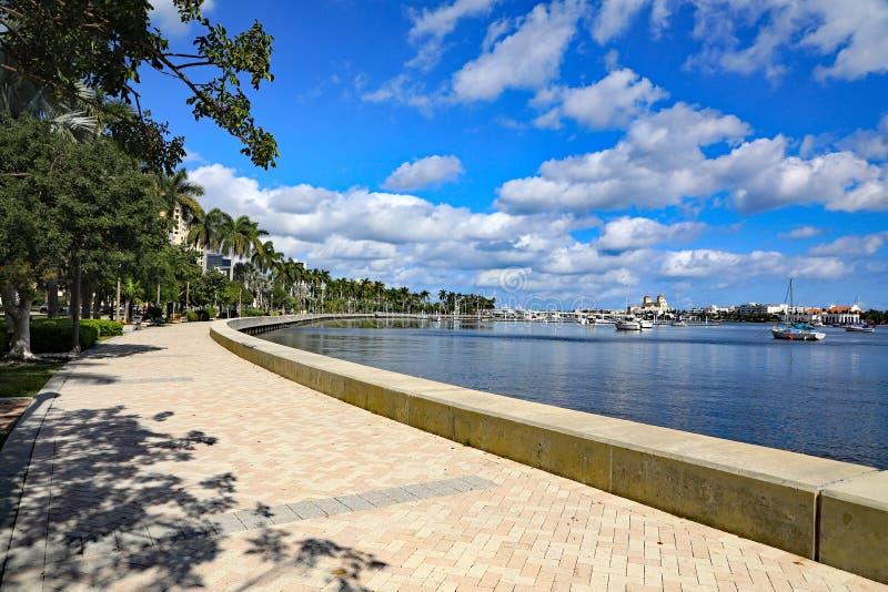 Het Lopen van de Waterkant van de Flagleraandrijving Park, het Westenpalm beach: Zonnig dit, 7 mijl bedekte lineaire parklooppas  royalty-vrije stock afbeeldingen