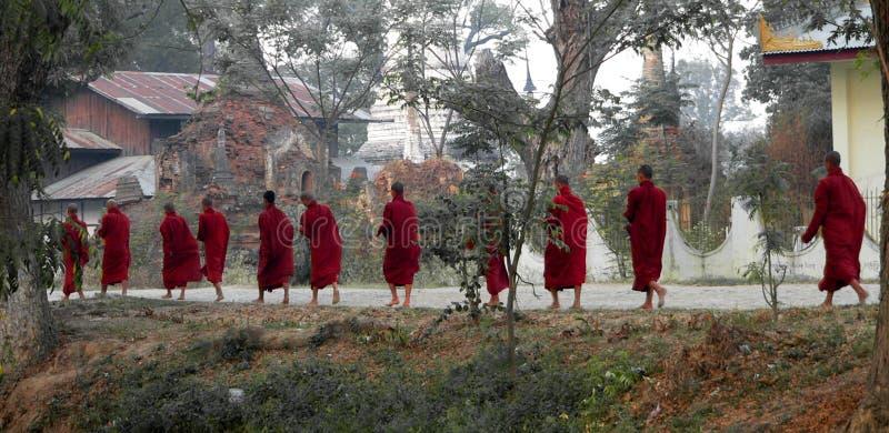 Het Lopen van elf Monniken. Myanmar (Birma) stock foto's