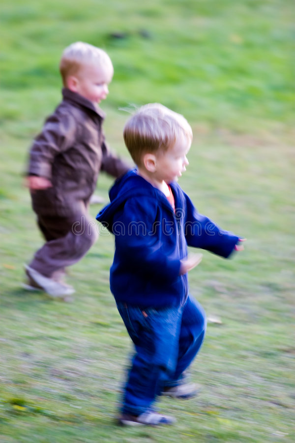 Het lopen van jongens stock afbeeldingen