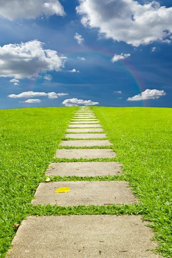 Het lopen van steen aan hemel en regenboog royalty-vrije stock afbeeldingen