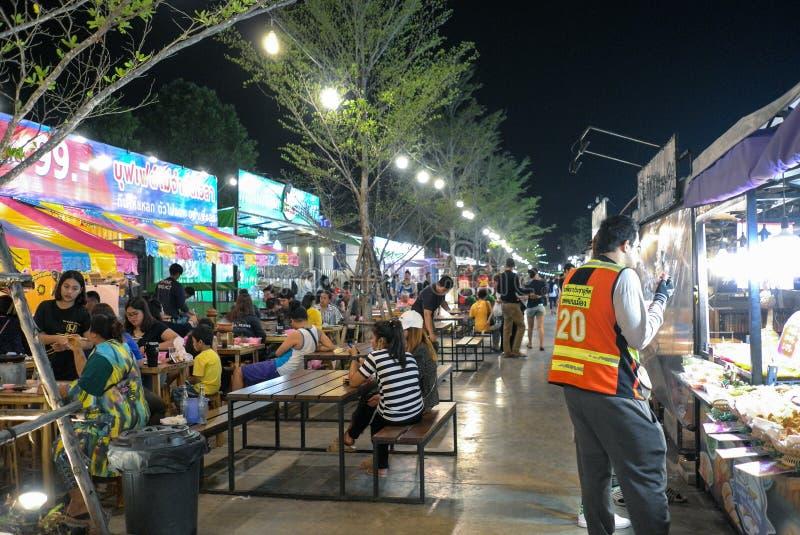 Het lopen van Straat is een toeristenbestemming voor mensen die in de avond willen eten stock afbeeldingen