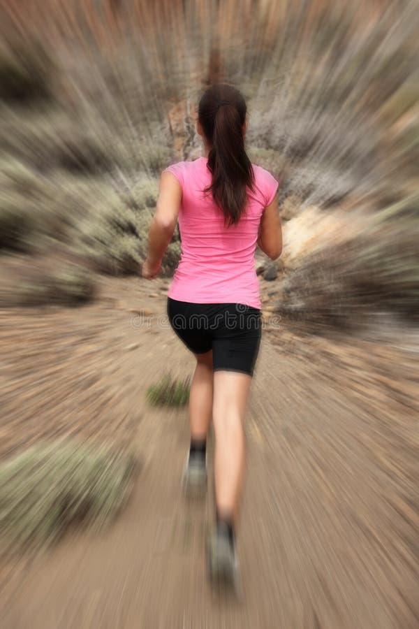 Het lopen - vrouwenagent in motie stock afbeelding