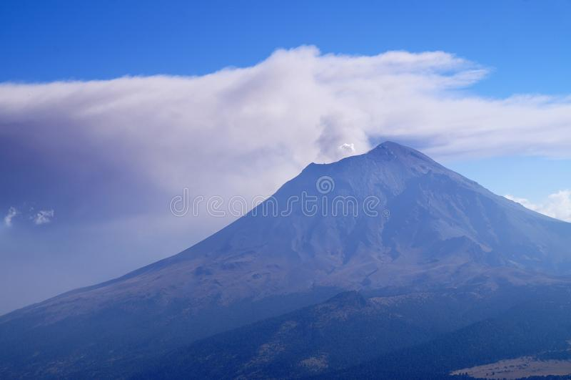 Het losbarsten volcan Popocatepetl gezien van volcan Iztaccihuatl in het Nationale Park van izta-Popo Zoquiapan, Mexico royalty-vrije stock fotografie