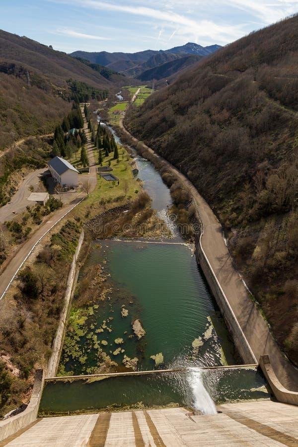 Het losmaken van het Water van het Damreservoir in Rivier royalty-vrije stock foto's