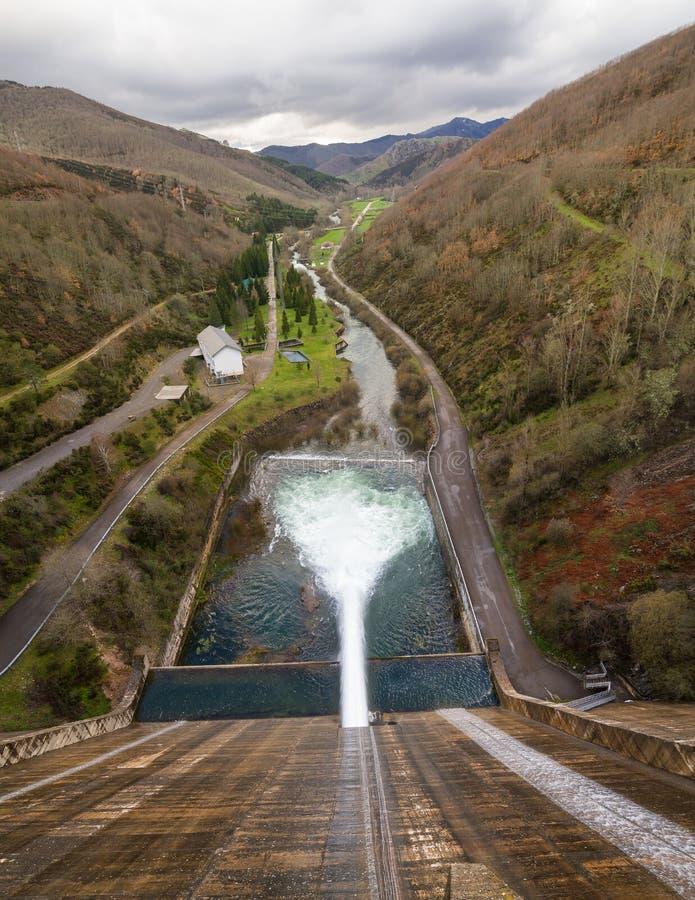 Het losmaken van het Water van het Damreservoir in Rivier royalty-vrije stock afbeelding