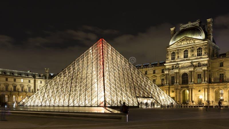 Het Louvre van Parijs in 's nachts Frankrijk royalty-vrije stock afbeelding
