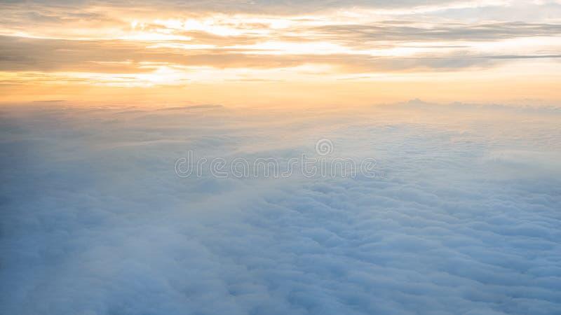 Het lucht reizen Het vliegen bij schemer of dageraad Vlieg door oranje wolk en zon stock afbeeldingen