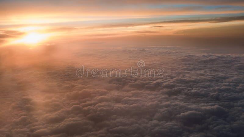 Het lucht reizen Het vliegen bij schemer of dageraad Vlieg door oranje wolk en zon royalty-vrije stock fotografie