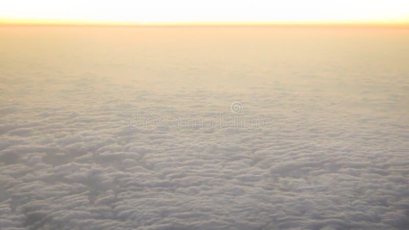 Het lucht reizen Het vliegen bij schemer of dageraad Vlieg door oranje wolk en zon stock fotografie