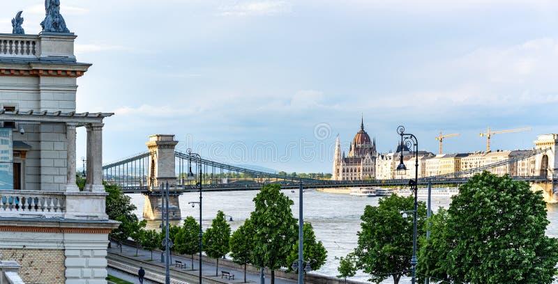 Het luchtpanorama van Donau met een mening van Hongaars Parlementsgebouw in centraal Boedapest royalty-vrije stock afbeelding