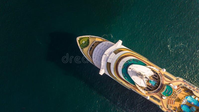 Het luchtschip van de menings grote cruise op zee, het schip van de Passagierscruise vess stock afbeelding