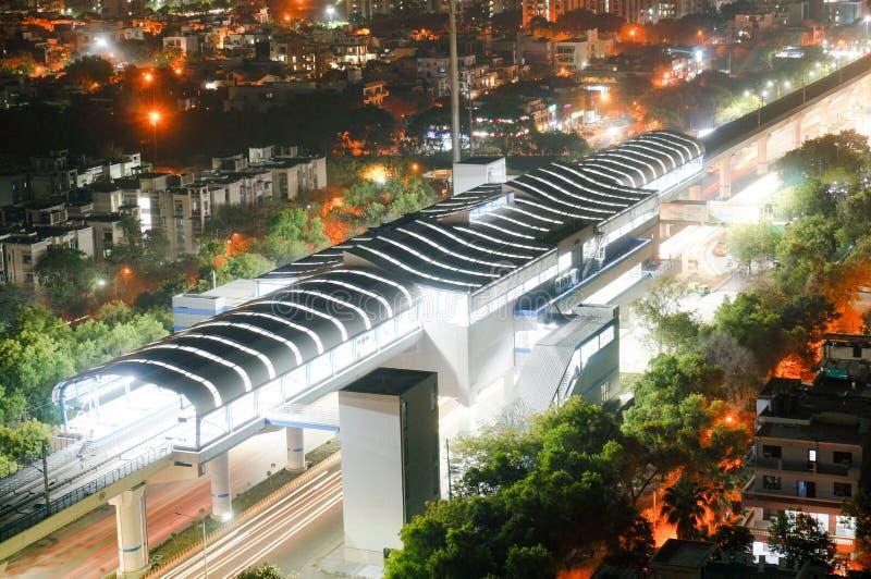 Het luchtschot van aangestoken metro sation met slepen van het weggaan leidt en verkeer op stock foto's