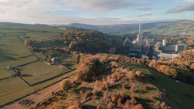 Het luchtschot van het Cement van de Hoopvallei werkt, Piekdistrict, het UK - Zonnige dag royalty-vrije stock afbeeldingen