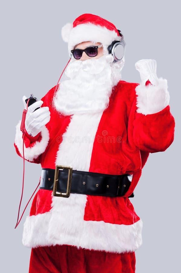 Het luisteren aan de Kerstmismuziek stock afbeeldingen