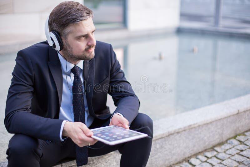 Het luisteren aan de muziek stock foto