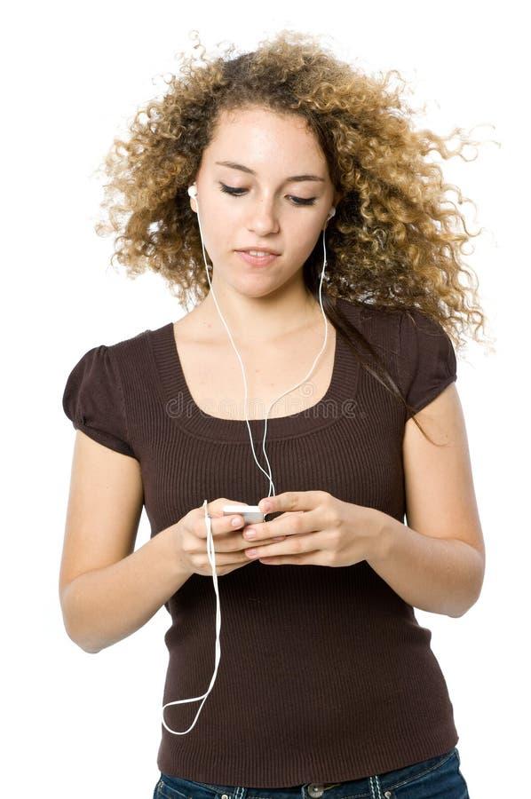 Het luisteren aan een MP3 speler stock fotografie