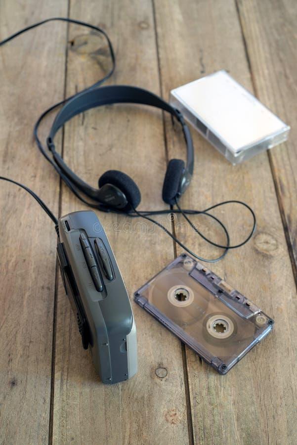 Het luisteren aan muziek in 1980 stock foto
