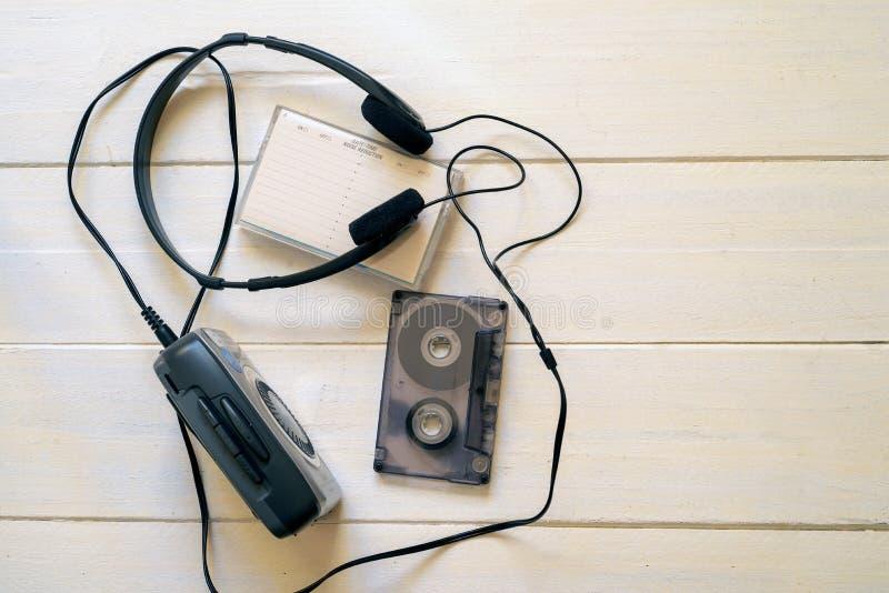 Het luisteren aan muziek in 1980 stock foto's