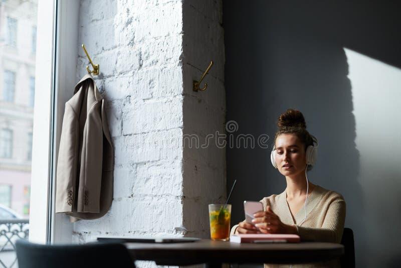 Het luisteren aan muziek in koffie stock afbeelding