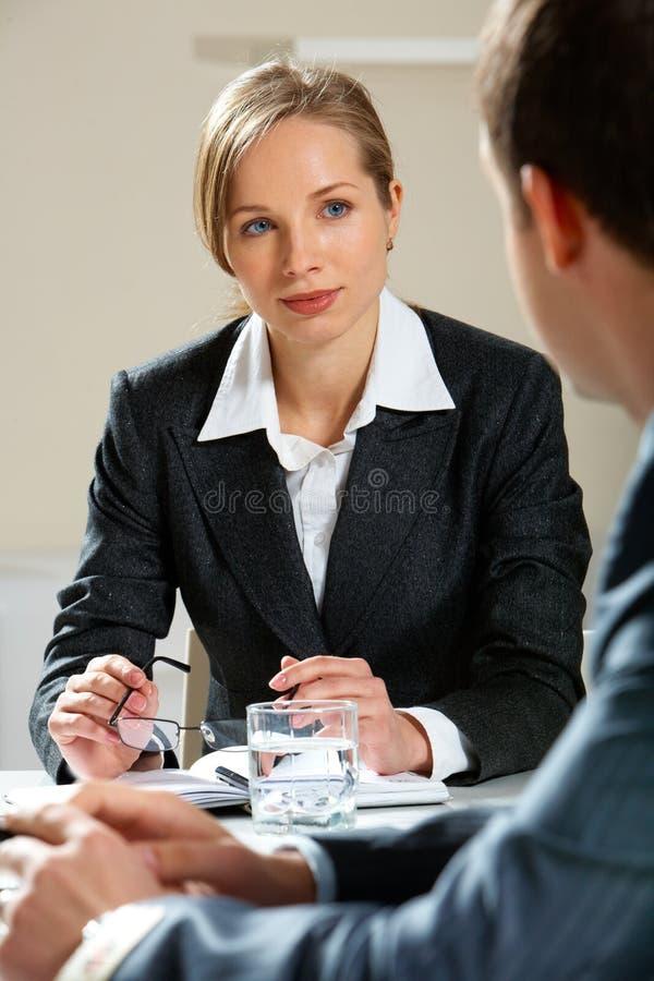 Het luisteren aan partner stock foto