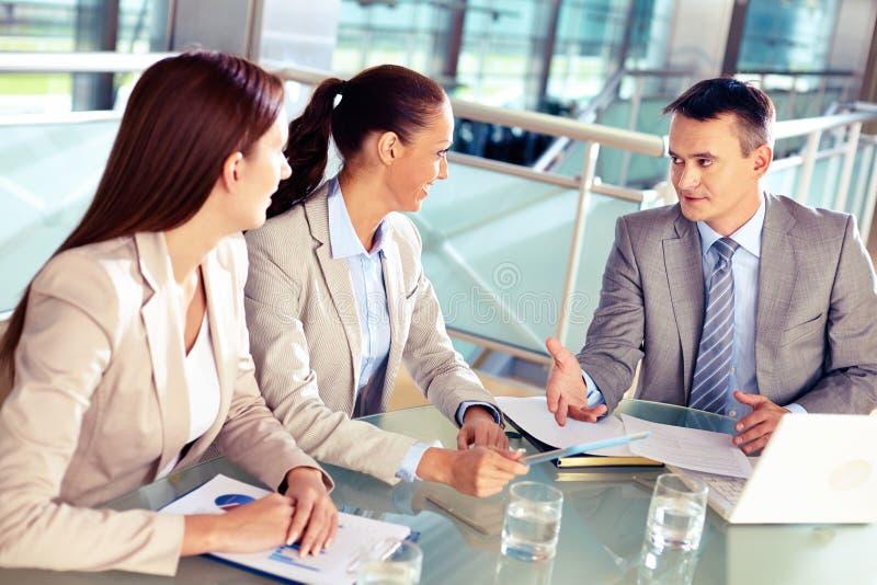 Het luisteren aan werkgever stock foto's