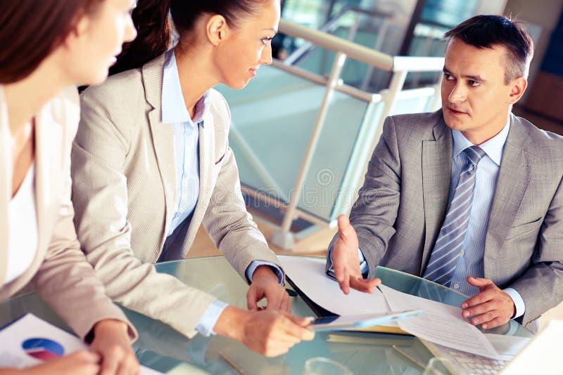 Het luisteren aan werkgever stock afbeelding