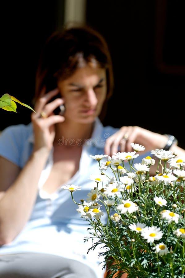 Het luisteren bij telefoon stock foto's