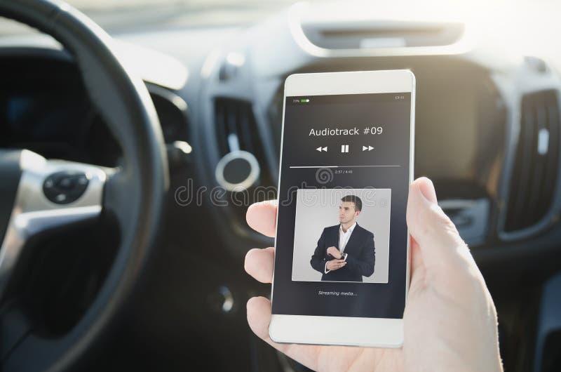 Het luisteren muziek Slimme die telefoon aan auto audiosysteem wordt aangesloten stock afbeeldingen