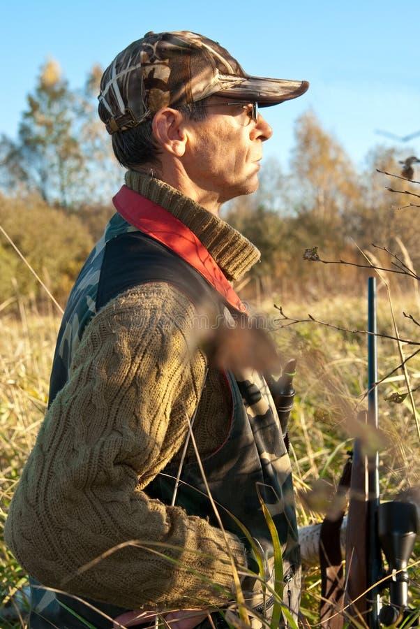 Het luisteren van de jager stock afbeeldingen