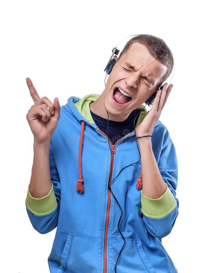 Het luisteren van de mens muziek met hoofdtelefoons stock afbeelding