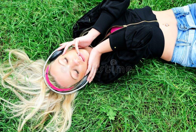 Het luisteren van het meisje muziek stock foto