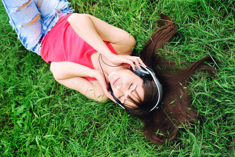 Download Het Luisteren Van Het Meisje Muziek. Stock Afbeelding - Afbeelding bestaande uit levensstijl, onderaan: 29509949