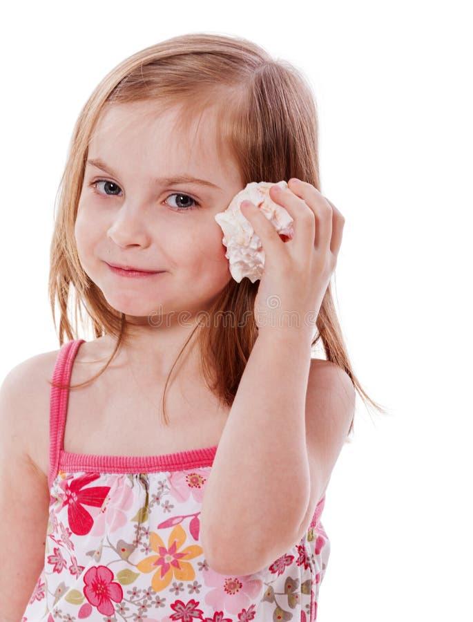 Het luisteren van het meisje shell royalty-vrije stock foto