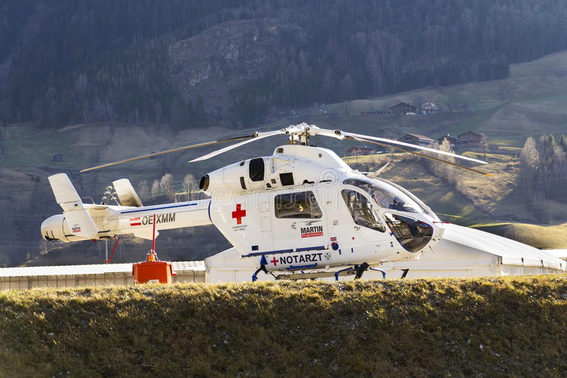 Het M.D.ontdekkingsreiziger van MD Helicopter van de Rood Kruisdokter door de tribunes van McDonnell Douglas Helicopter Systems o royalty-vrije stock foto's