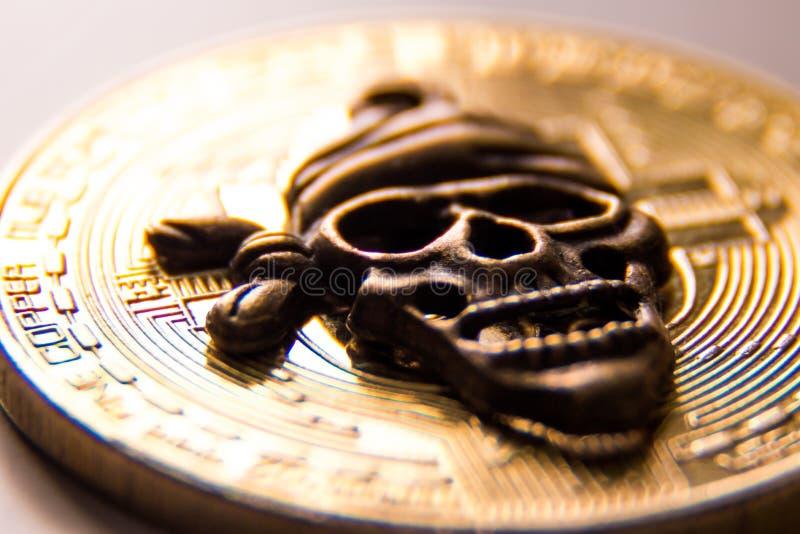 Het macro schieten van het symbool van de piraatschedel tegen de achtergrond van het gouden muntstuk van de crypto munt E royalty-vrije stock foto