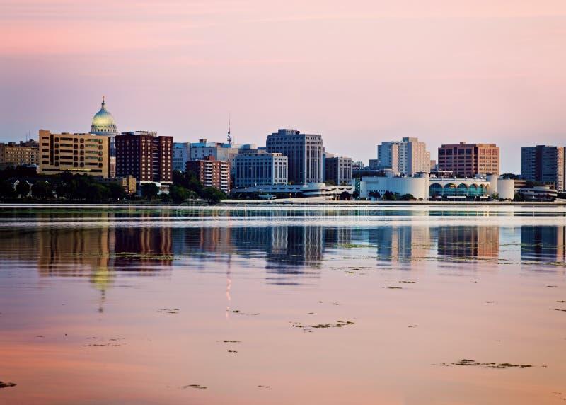 Het Madison gezien acrross Meer van de binnenstad Monona stock foto